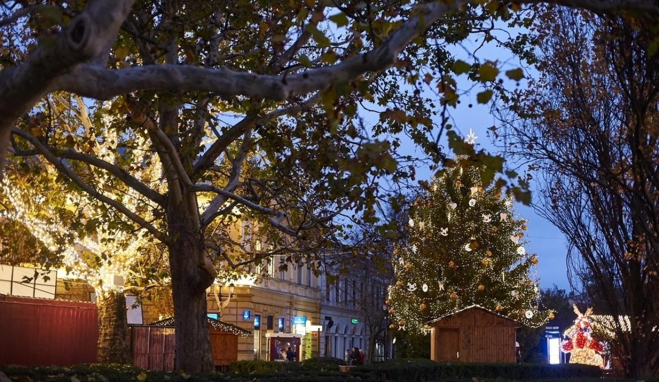 Kezdődik az adventi forgatag – Ünnepi fények, gyertyagyújtás és sztárvendég Nyíregyházán