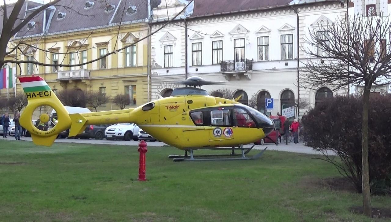 A Hősök terén landolt ma délután egy mentőhelikopter