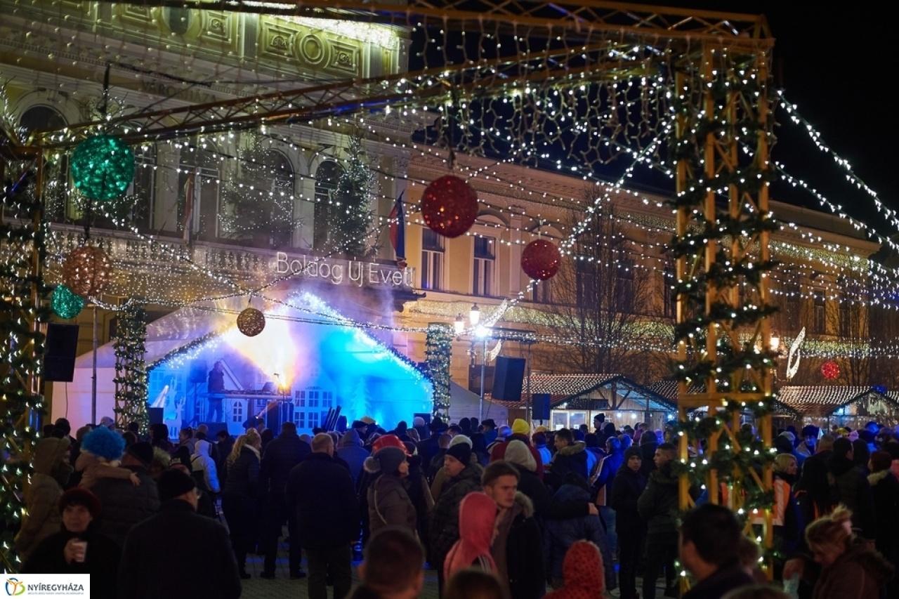 Ilyen fergeteges a hangulat a Kossuth téren a Városi Szilveszteren
