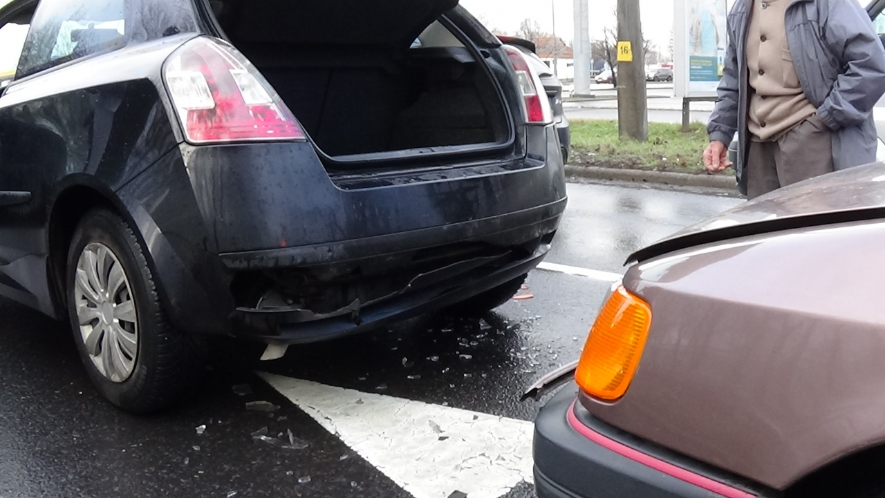 Fékező autóba rohant egy jármű a 41-es főút bevezető szakaszán