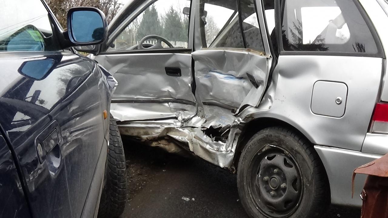 Totálkárosra tört a Kemecsei úton karambolozó jármű – Egy személyt kórházba szállítottak