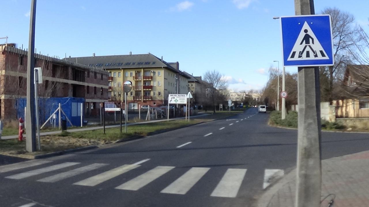 Újabb gyalogos-átkelőhely segíti a közlekedést a 4-es Huszárok útján