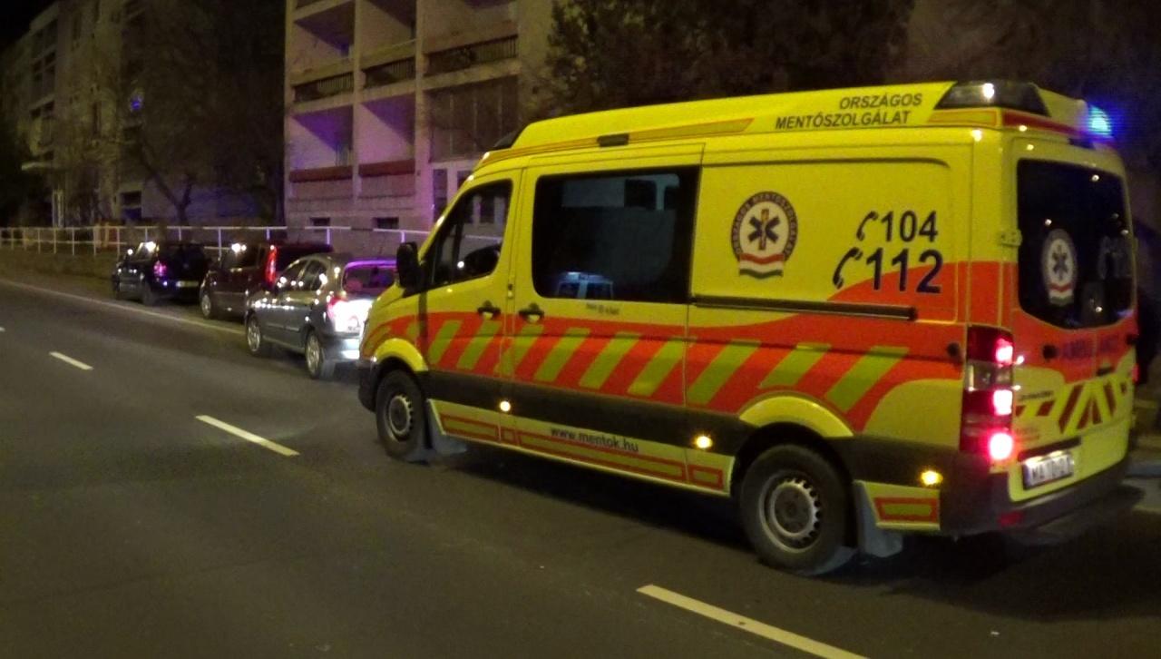 Gyalogos-átkelőhely előtt lassító járműbe rohantak a Kert utcán