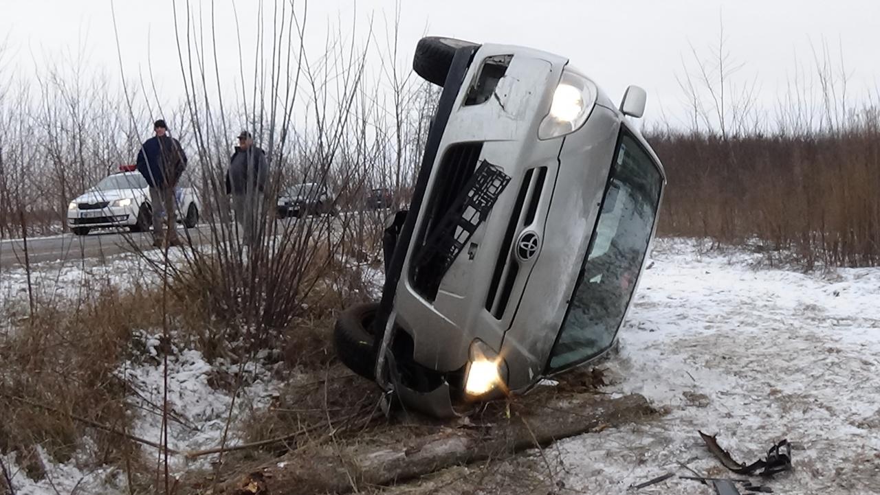 Helyszíni fotók a Kemecsén árokba sodródott és felborult személygépkocsiról