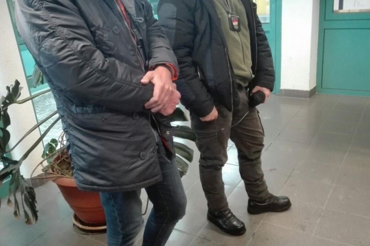 Őrizetbe vették az embercsempészeket és az elfogatóparancs hatálya alatt álló férfit