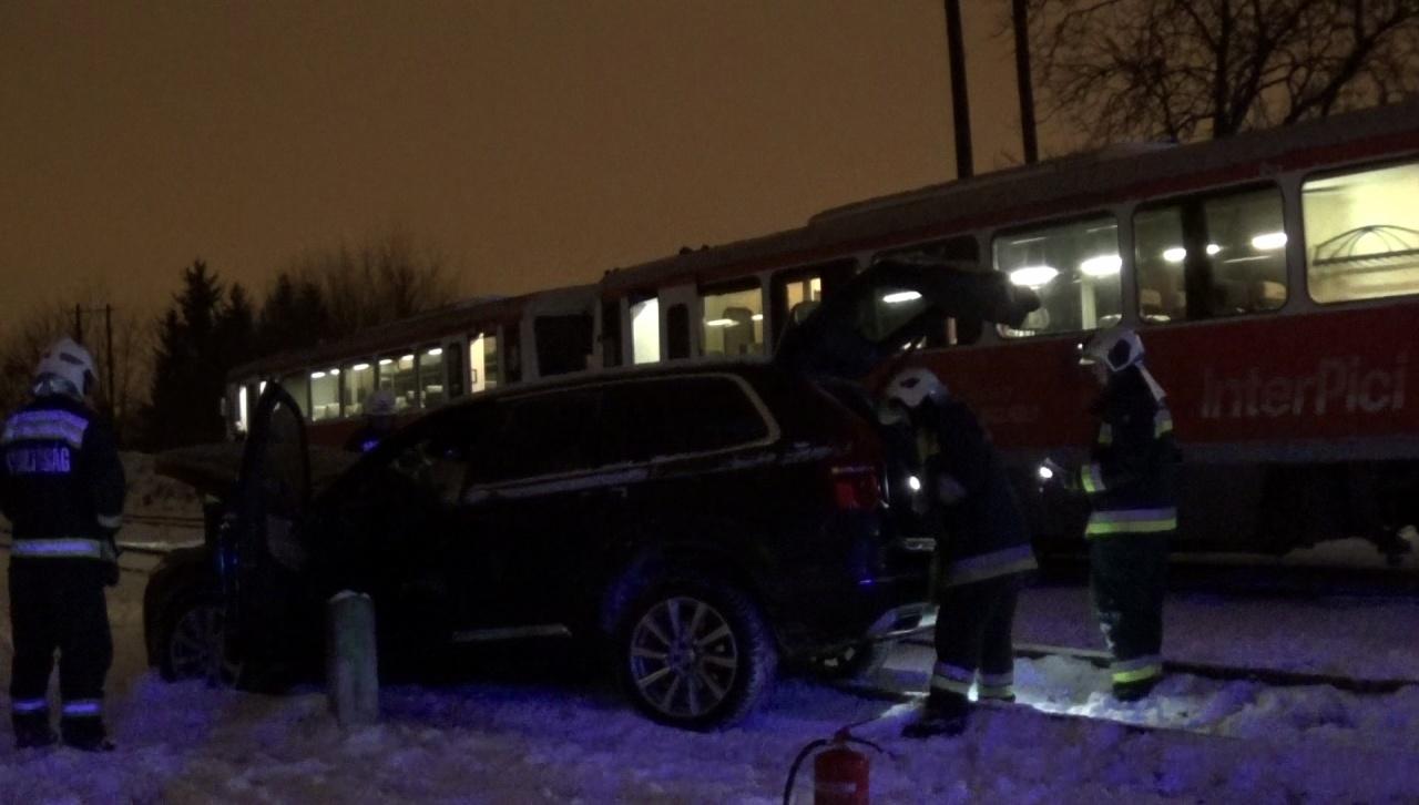 Vonattal ütközött egy terepjáró a Lapály utcában – Szerencsére senki sem sérült meg