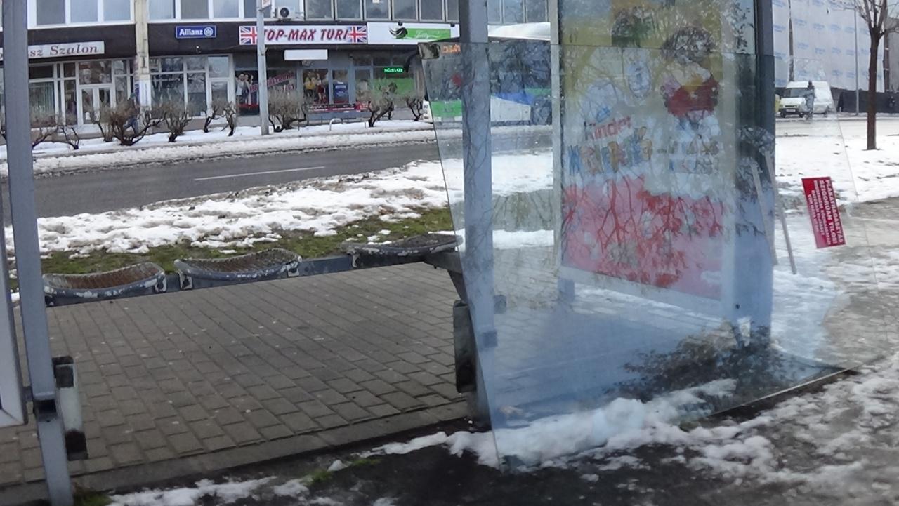 Belvárosi buszmegállóban rongáltak