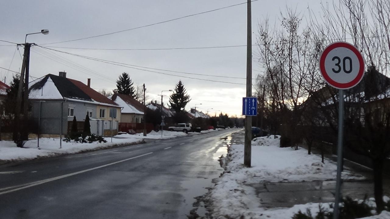 Sebességkorlátozás fokozza a Fészek utcai nyitott kerékpársávban tekerők biztonságát