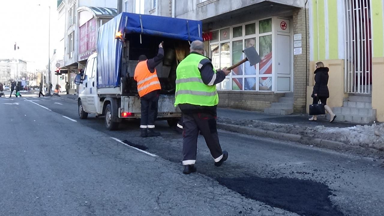 Hidegkátyúzás a belvárosban – Folyamatos a téli útburkolati hibák javítása