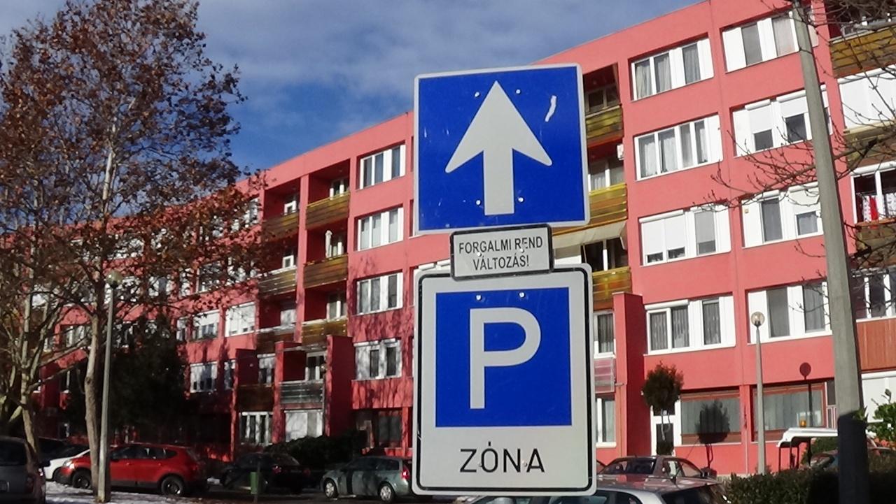 A piros háznál parkolók figyelmét kérik!