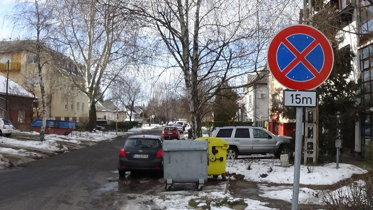 Tilos várakozni a Liszt Ferenc és Bujtos utcákon – Az ott parkolók odafigyelését kérik!