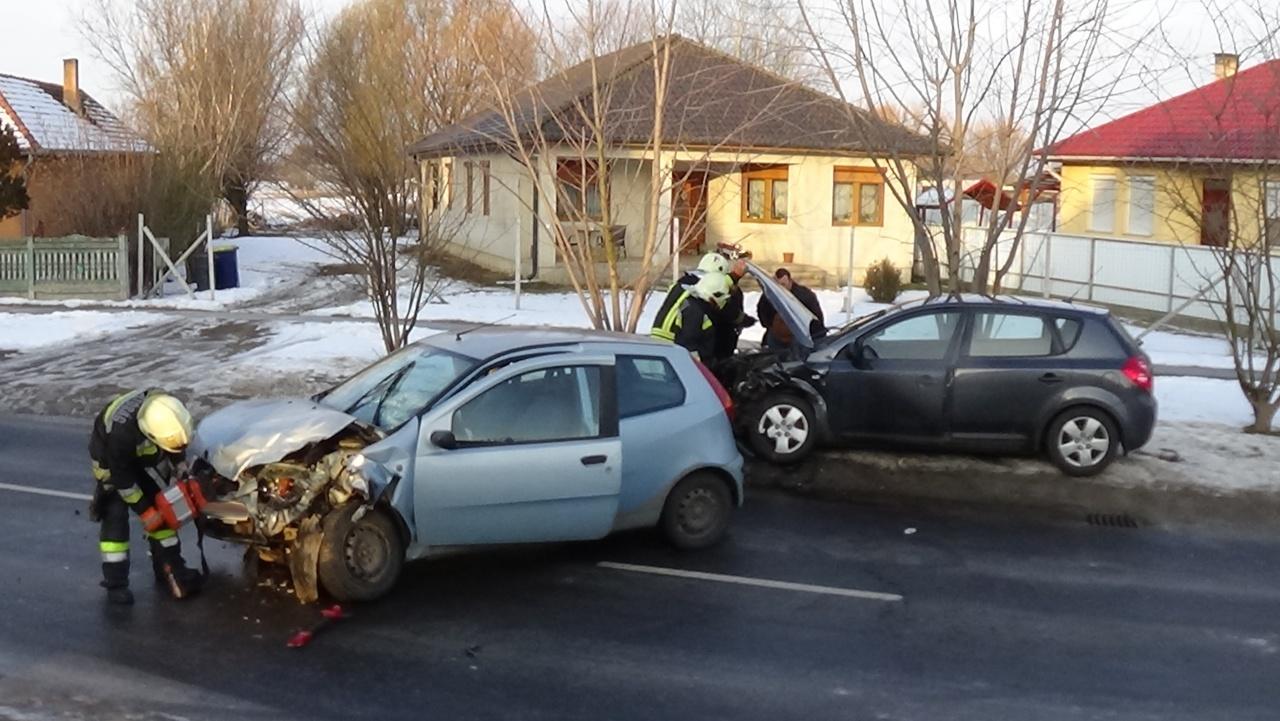 Frontálisan ütközött két személygépkocsi Újfehértó belterületén, ketten megsérültek