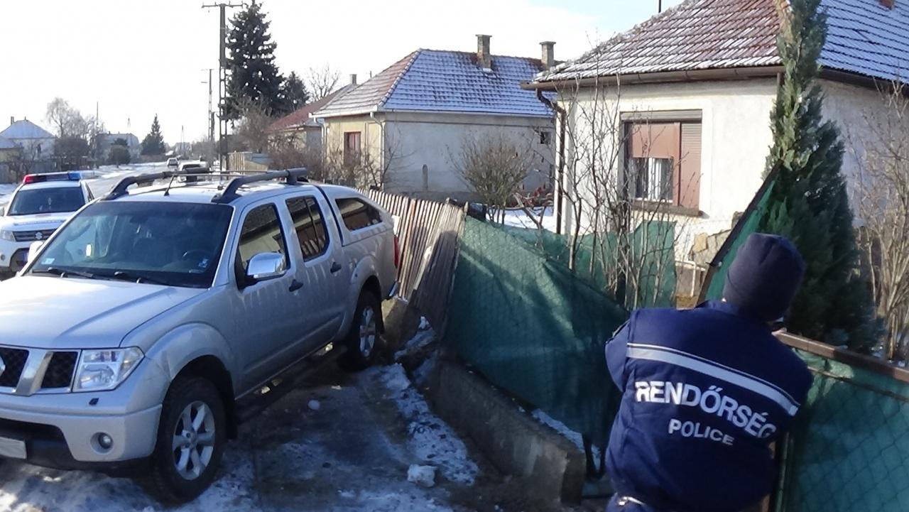 Megcsúszott és kerítést, majd gázcsonkot tört egy terepjáró Újfehértón