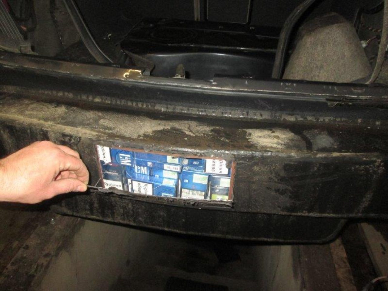 Háromezer doboz cigit rejtett az alváz