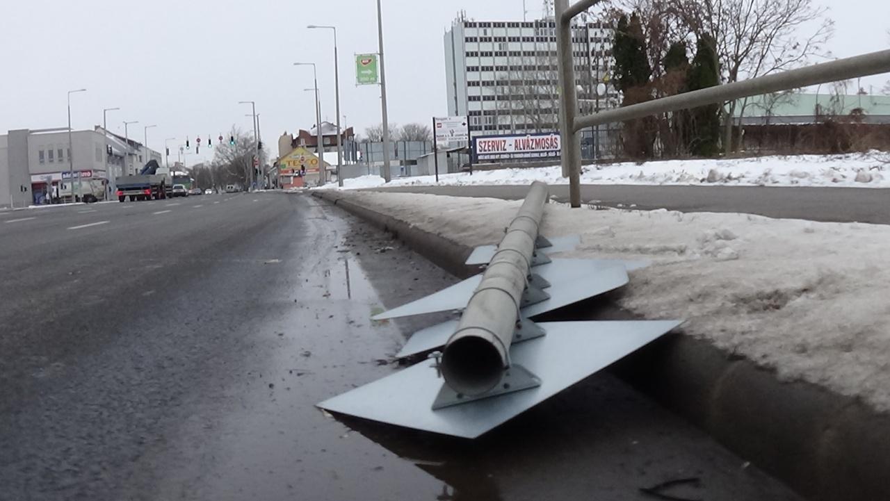 Kitörtek egy KRESZ-táblát a Bethlen Gábor utcán szerda éjszaka
