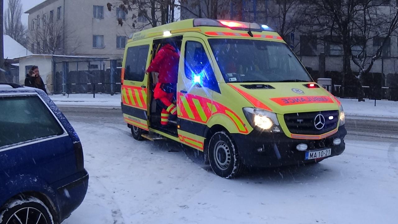 Diáklányt gázoltak a Krúdy Gyula utcán – A sofőr nem tudott időben megállni a havas úton