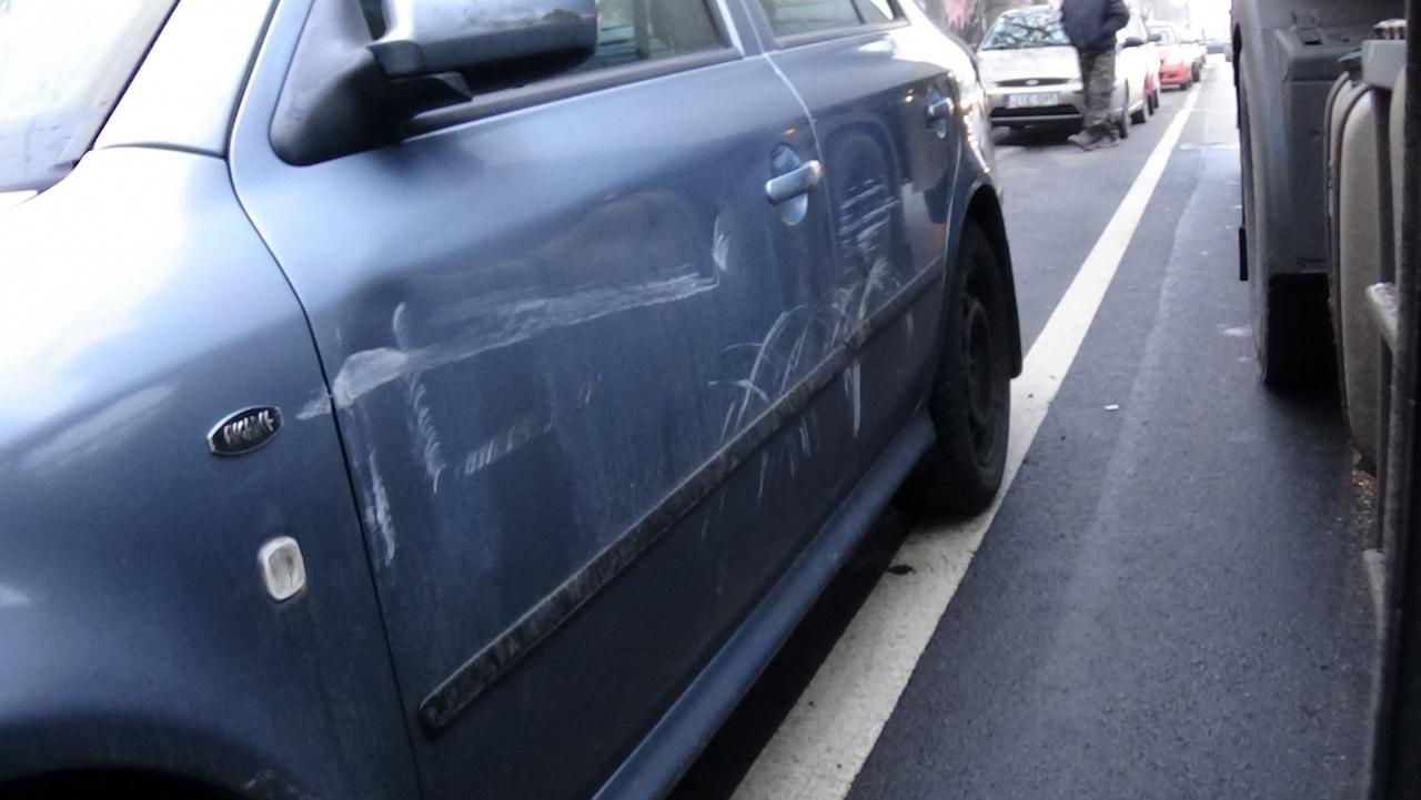 Egy nyergesvontató a holttérben nem látható személygépkocsira rásorolt