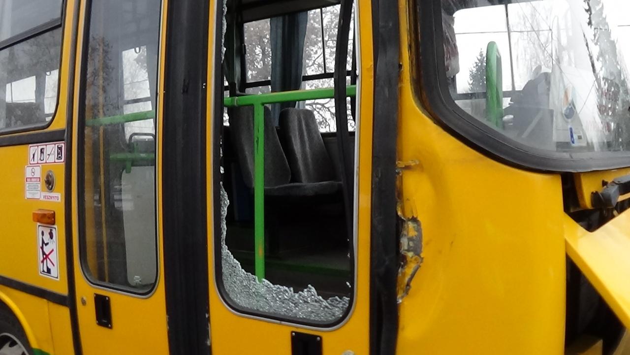 Autóbusz oldalának ütközött