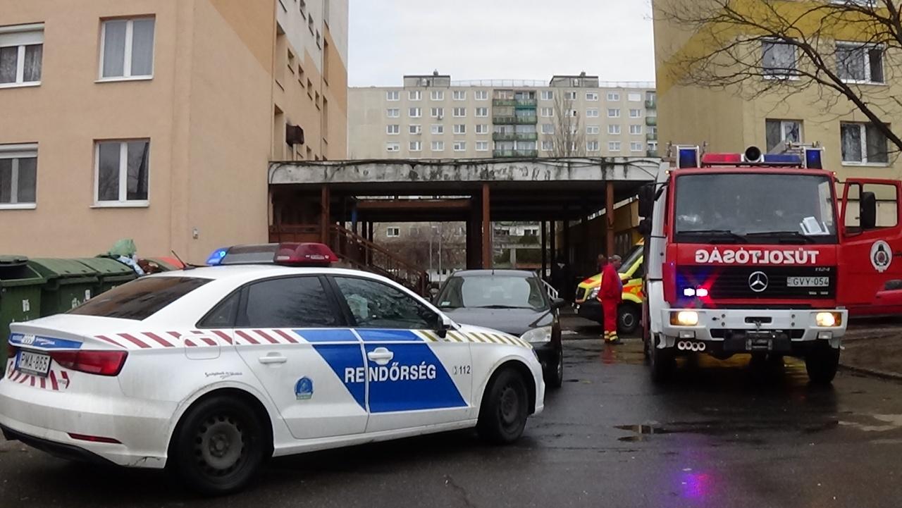 Tűzoltók jutottak be az Ungvár sétányi társasházban elhunyt idős hölgy lakásába
