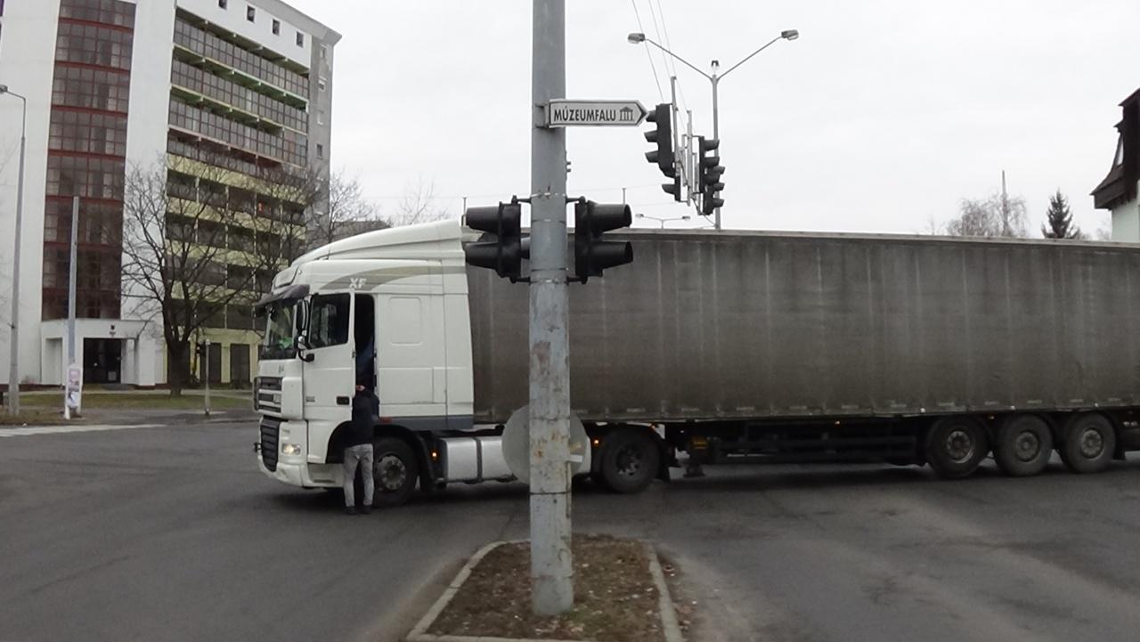 A körúton keresztbe fordult kamion akadályozta a forgalmat – Jelentős volt a torlódás