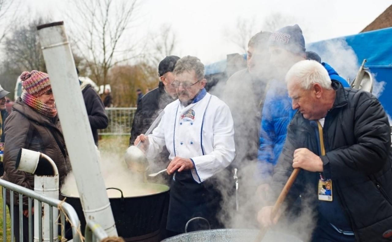 Tízezer adag ételt készítenek el a főzőcsapatok a nyíregyházi böllérversenyen