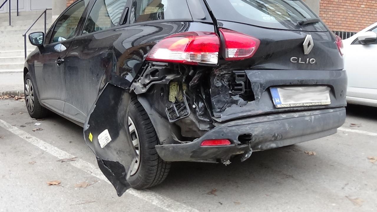 Parkolóhelyről tolató személygépkocsi ütközött az Arany János utcán
