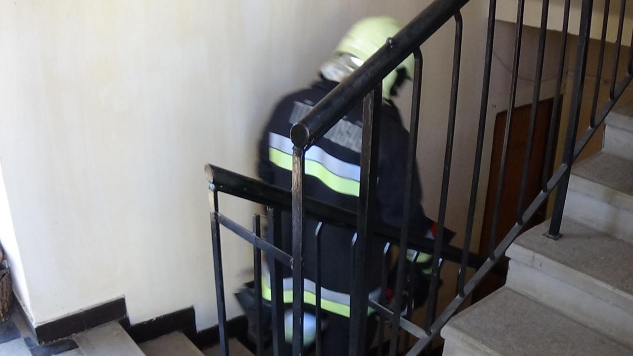Nem reagált a csengetésre, szomszédai kihívták a tűzoltókat – Megmentették az életét