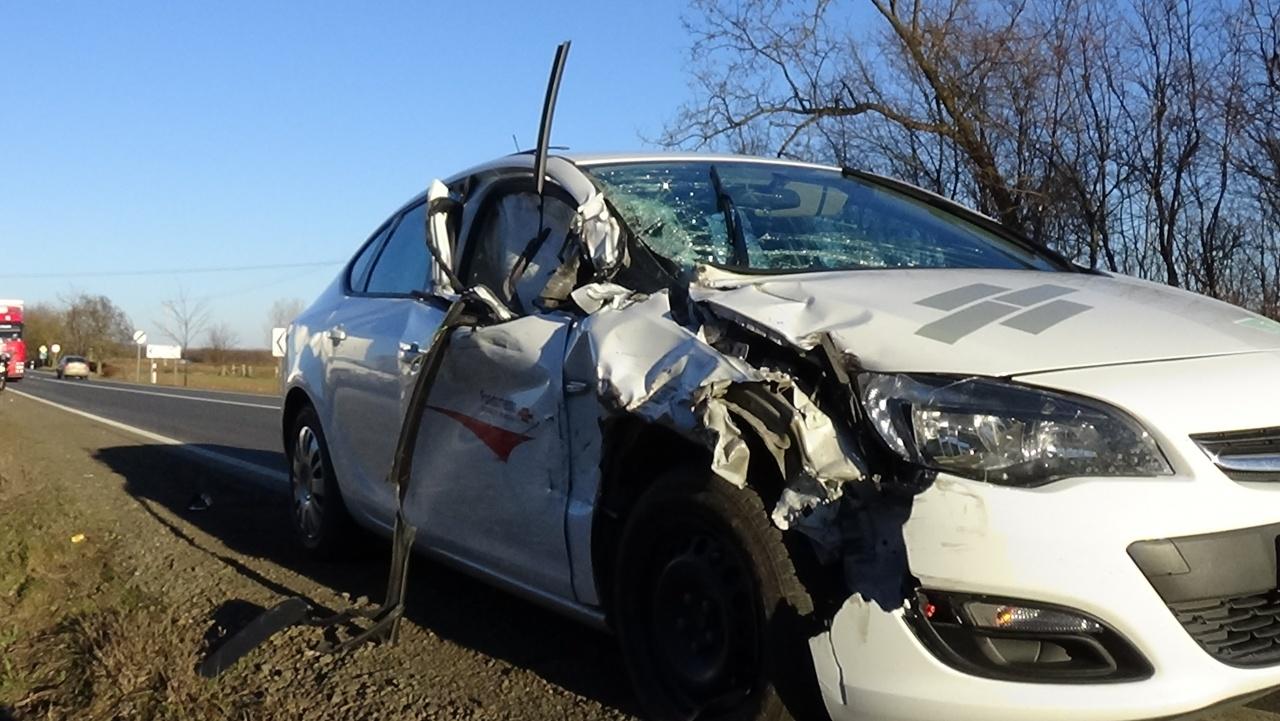 Műszaki hiba miatt vesztegelő kamionba rohant egy jármű Nyírpazonynál