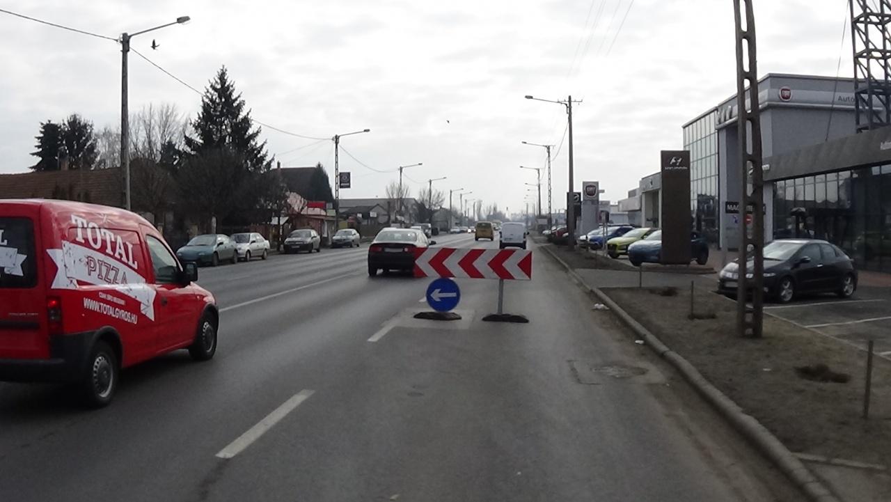 Megsüllyedt közműfedél akadályozza a forgalmat a Debreceni út kivezető szakaszán