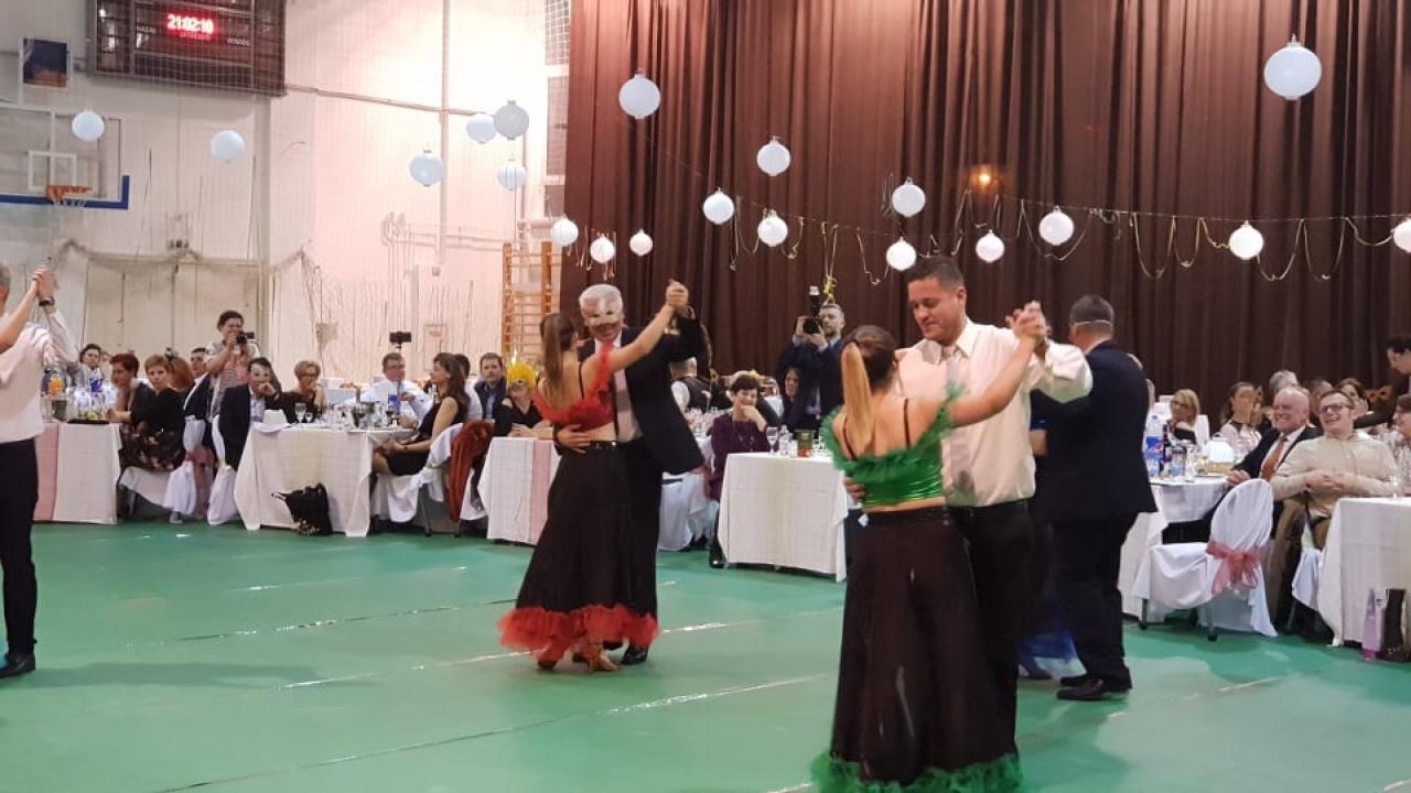 Farsangi hangulatú bált tarottak a Zrínyiben - Nyíregyháza polgármestere is táncolt
