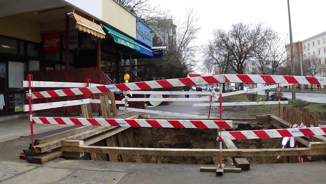 Ivóvízvezeték tört el a Ferenc körúton hétvégén, leszűkítették a járdát