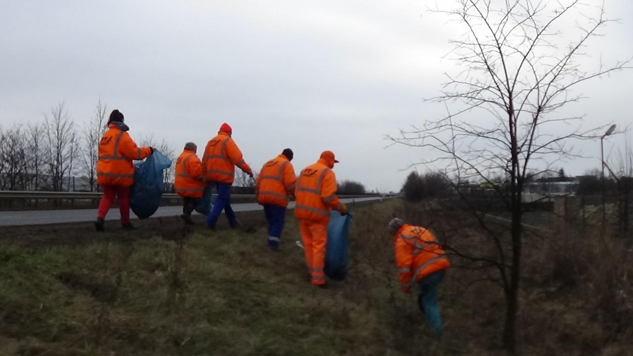 Megkezdték a szemétgyűjtést a Magyar Közút munkatársai a 4-es főút mentén