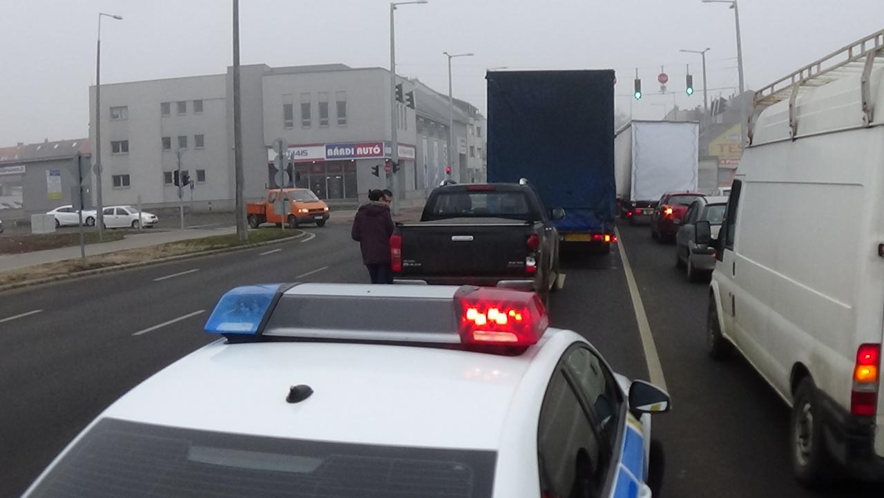 Szabálytalan sávváltás okozta a Bethlen Gábor utcán történt balesetet