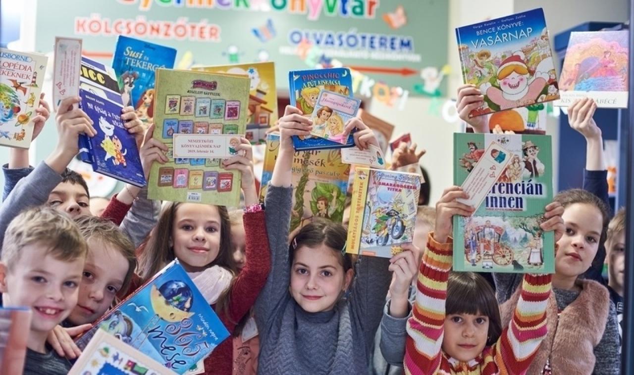 Könyvajándék napot tartottak a  könyvtárban – Cél a hátrányos helyzetű gyerekek támogatása