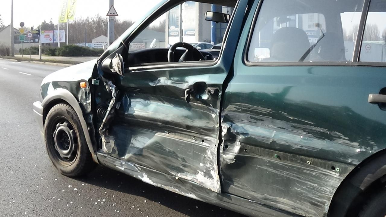 Keresik a balesetet okozó sofőrt – Karambolt okozott, majd elhajtott a helyszínről