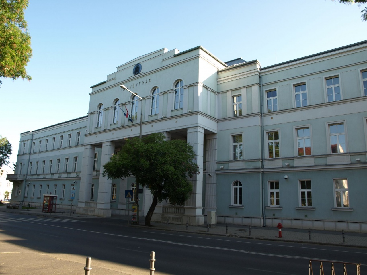 Klimatizált tárgyalótermek és irodák a törvényszéken