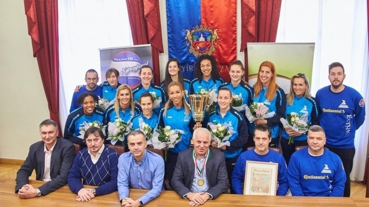 Kupagyőztesek – A városházán is köszöntötték a női röplabda együttes tagjait