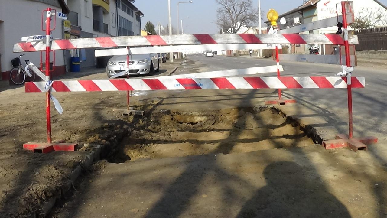 Csőtörés lassította a forgalmat hétfő délután a Debreceni úton, még tart a helyreállítás