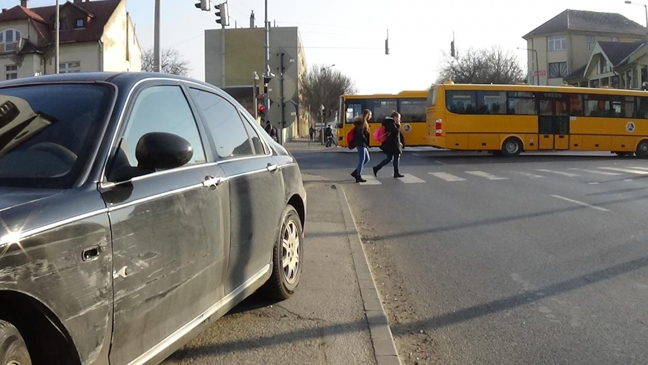 Elismerte felelősségét a balesetet okozó sofőr – Áthajtott a piros jelzésen