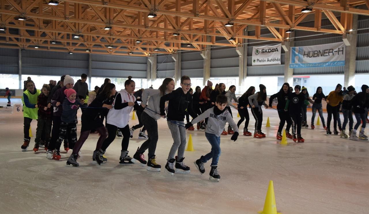 Parádés jégtusa - sportverseny nyíregyházi diákoknak