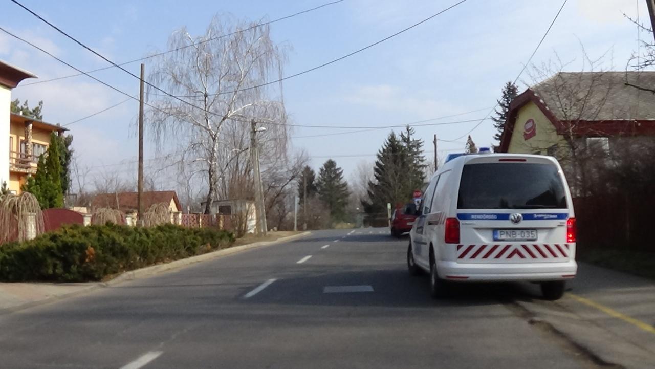 Nem tartott kellő oldaltávolságot, parkoló autónak ütközött