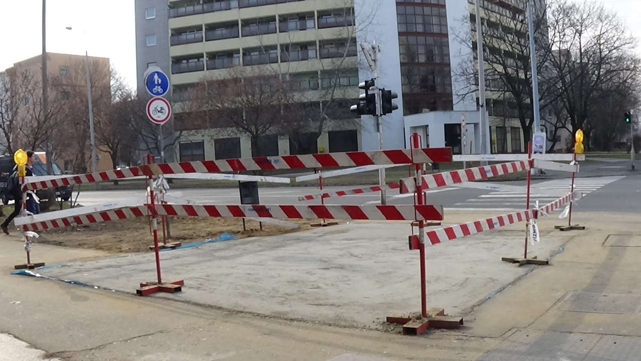 Helyreállítási munkálatokat végez a NYÍRVV a Ferenc körúton eltört ivóvízcsőnél