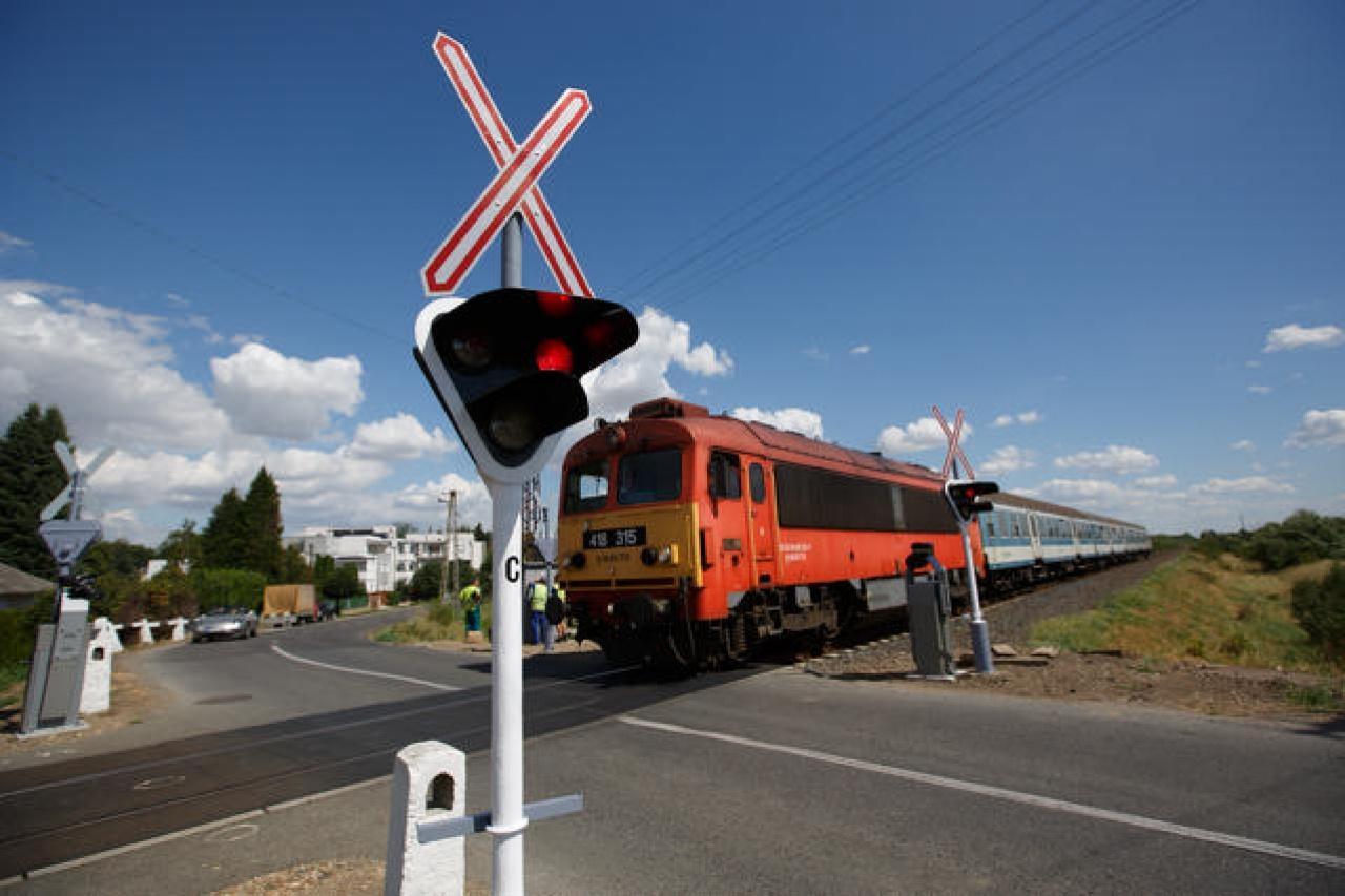 Mindig fokozott óvatossággal közelítsék meg a vasúti átjárókat! – kéri az autósoktól a MÁV
