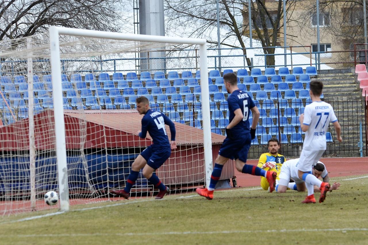 Három gól, három kapufa és egy piros lap - izgalmas meccset játszott a Szpari
