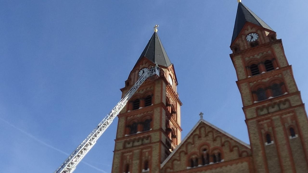 Omlásveszély! – A viharos szél a római katolikus templom homlokzatán is okozott károkat
