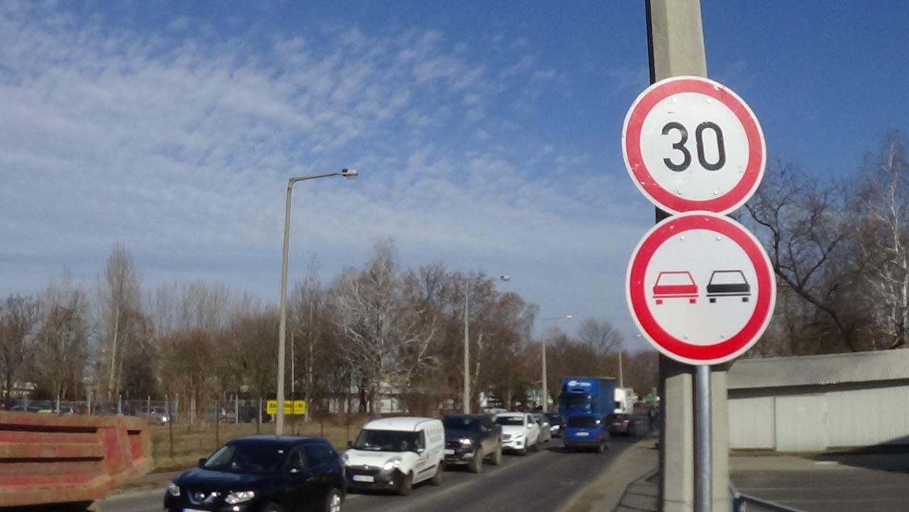Közlekedők figyelem! – Sebességkorlátozás és előzési tilalom a Tünde utcán