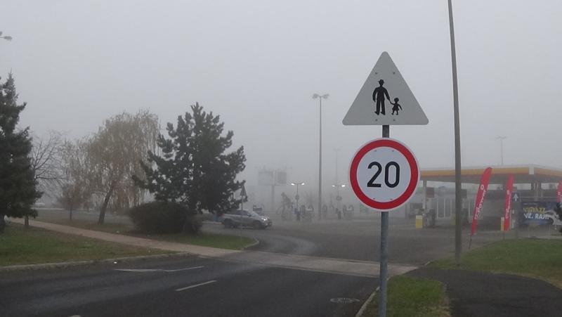 20 km/h-s sebességgel lehet behajtani a Kosbor utcai nagy bevásárlóközpontok parkolóiba