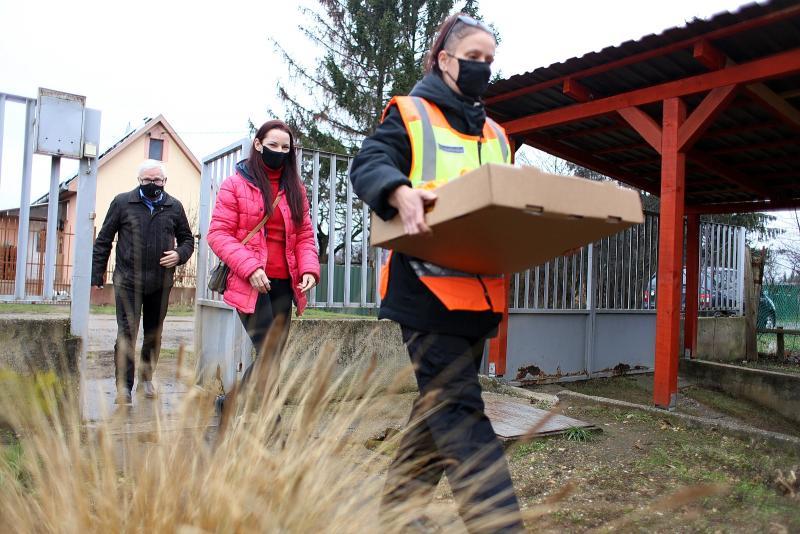 A borbányai polgárőrök adománnyal leptek meg egy családot karácsony előtt