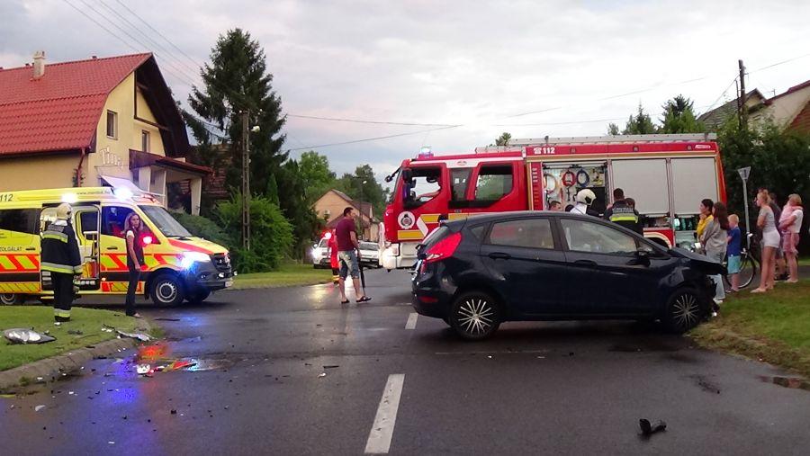 A Fürdő és a Napfény utca kereszteződésében ütközött két személygépkocsi