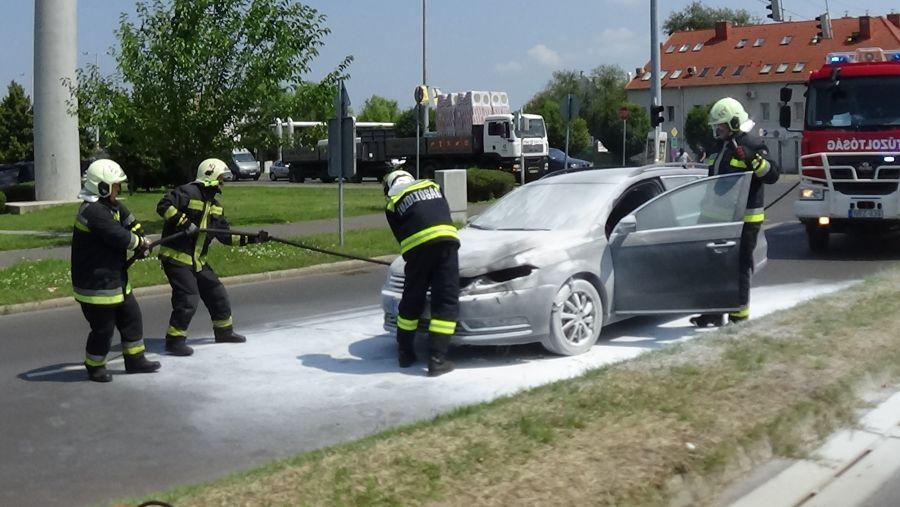A Szegfű utcán menet közben kigyulladt egy autó motortere